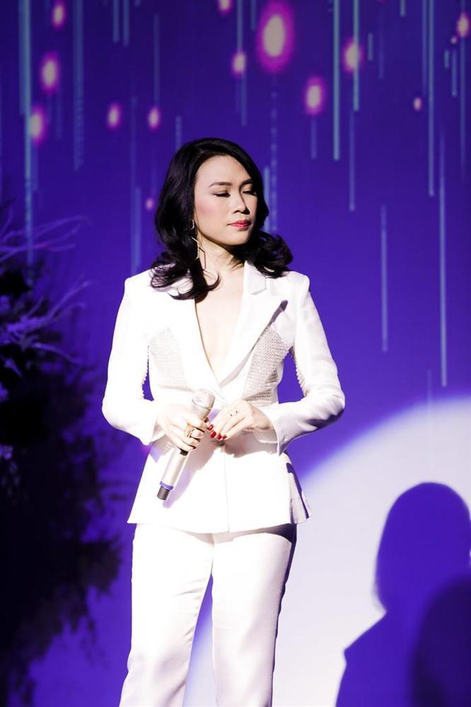 Mặc váy thì thường xuyên lọt top sao xấu, chứ cứ diện vest là Mỹ Tâm đẹp chấp cả dàn mỹ nhân Việt-2