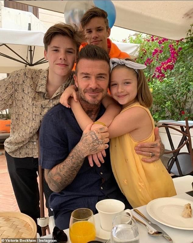 David Beckham vui vẻ du lịch cùng ba con, lơ con cả vì không nghe lời-1