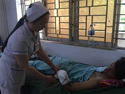 Dùng điện thoại khi sạc, nam thanh niên ở Đồng Nai bị nổ nát bàn tay-1