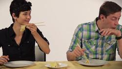 Người nước ngoài phản ứng thế nào khi lần đầu ăn thử sầu riêng?