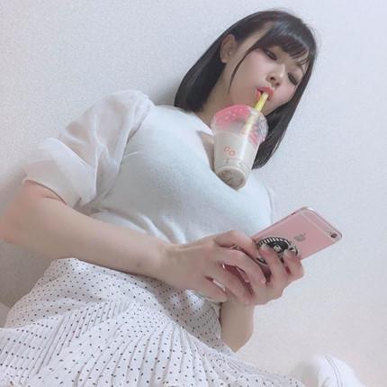 BB Trần khoe vòng 1 siêu to khổng lồ khiến fan kêu réo thử sức với trào lưu dùng ngực đỡ trà sữa-6