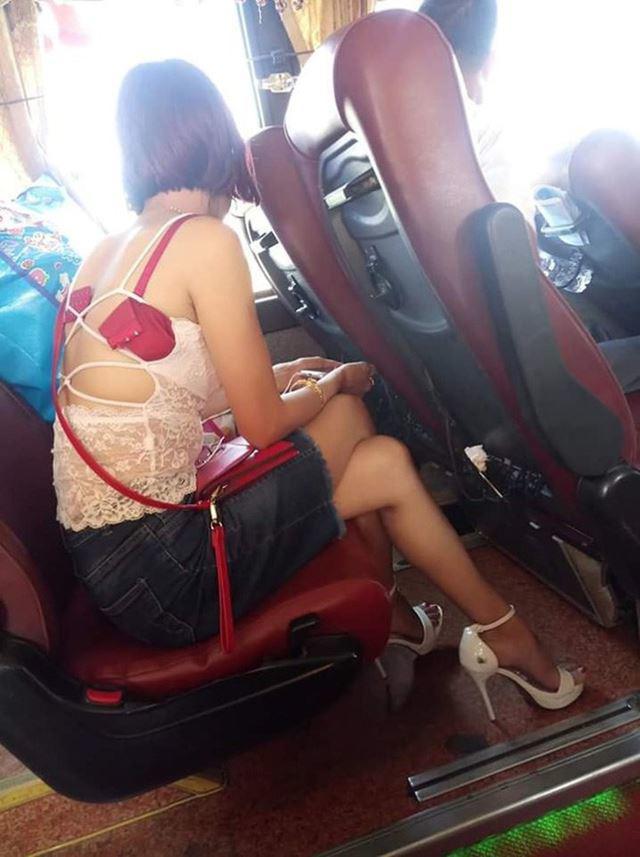 Diện trang phục đỏ nổi bật nhưng lại diêm dúa đến hở nội y, cô gái khiến người xem hốt hoảng với kiểu thời trang kinh hãi-5
