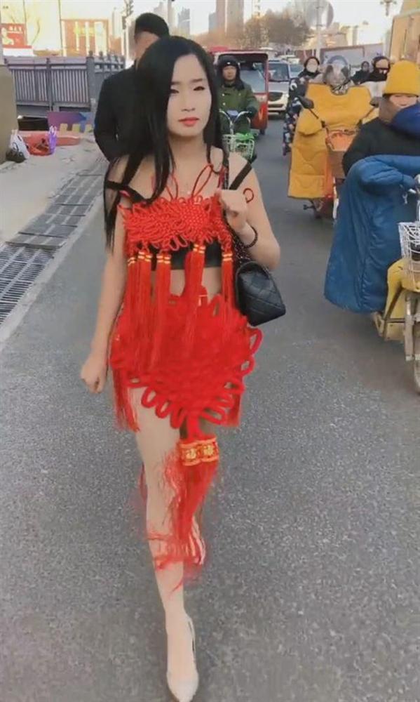 Diện trang phục đỏ nổi bật nhưng lại diêm dúa đến hở nội y, cô gái khiến người xem hốt hoảng với kiểu thời trang kinh hãi-1
