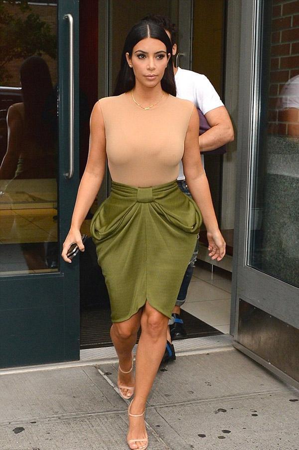 Cô Kim lại diện áo nhìn như khỏa thân, bị phàn nàn khoe cơ thể nhàm chán-8