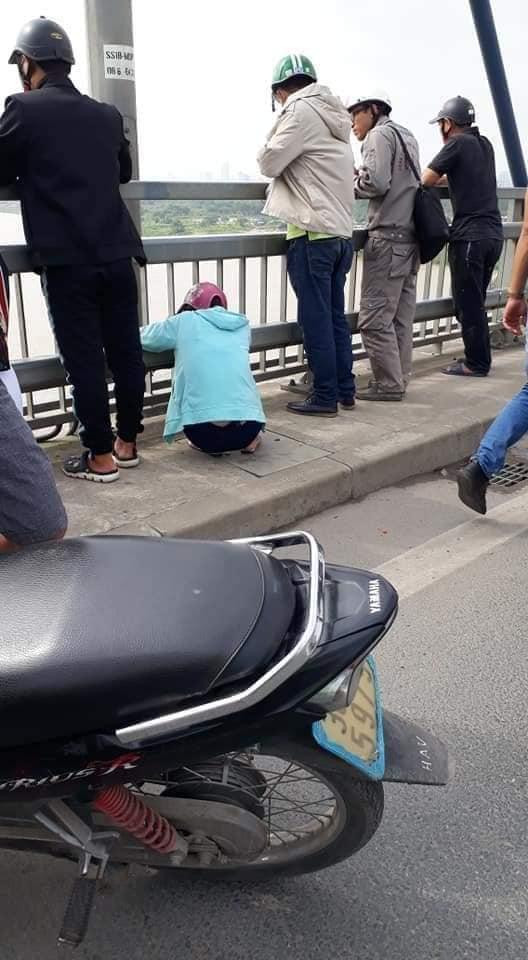Đôi trai gái đèo nhau ra cầu Nhật Tân, chàng trai nhảy xuống tự tử, cô gái trên bờ ngất lịm-3