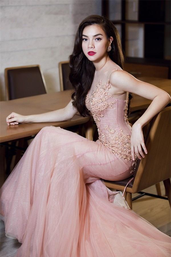 LẠ THAY: Mẫu váy cưới mới của Đàm Thu Trang khiến nhiều người liên tưởng đến Hồ Ngọc Hà làm cô dâu-6