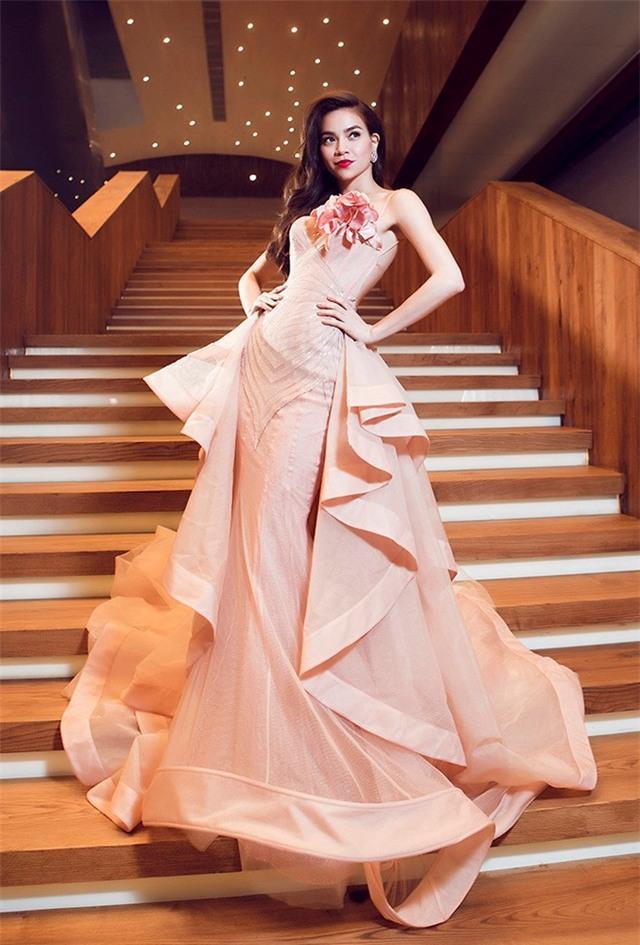 LẠ THAY: Mẫu váy cưới mới của Đàm Thu Trang khiến nhiều người liên tưởng đến Hồ Ngọc Hà làm cô dâu-3