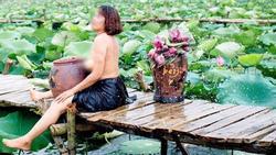 Bà cô U50 hiên ngang cởi trần, để lộ bộ ngực chảy xệ chụp ảnh bên sen khiến ai nhìn cũng sốc tận óc