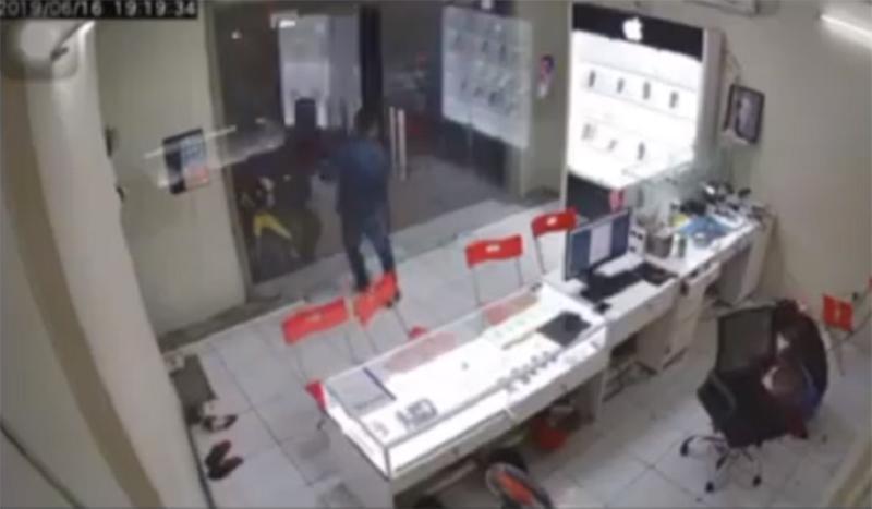 Clip: Kinh hoàng nhìn gã thanh niên bịt mặt lao vào chém chủ hàng điện thoại-2