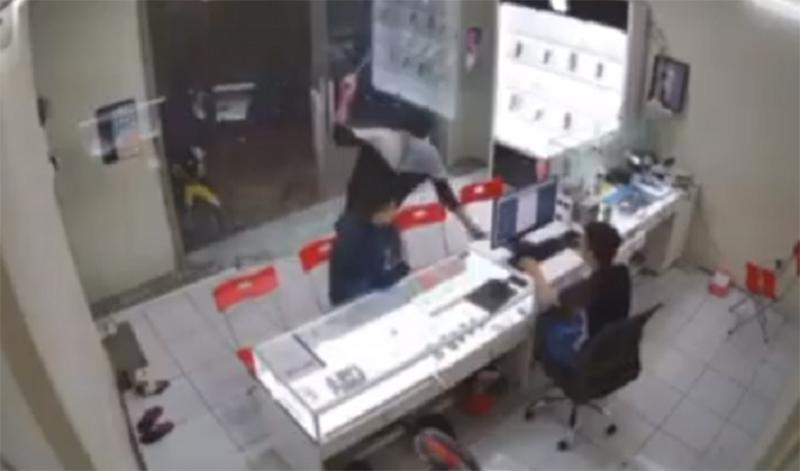 Clip: Kinh hoàng nhìn gã thanh niên bịt mặt lao vào chém chủ hàng điện thoại-1