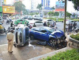 Xe ô tô con tông hàng loạt xe dừng đèn đỏ, nhiều người phải nhập viện