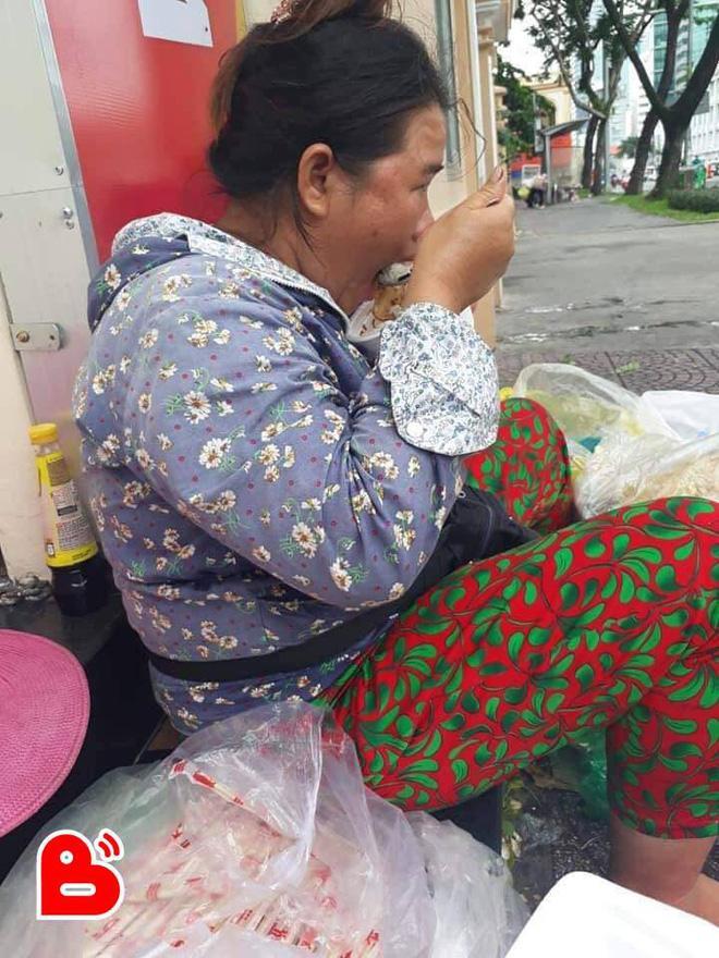 Câu chuyện 13 nghìn lẻ và màn 'cho nợ triền miên tháng ngày' của chị bán đồ ăn ven đường khiến ai cũng sốc-2