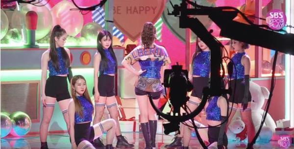 Nhan sắc vũ công phụ họa trong ca khúc solo debut của Somi gây sốt, lấn át cả nhân vật chính-1
