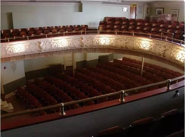 Nhà hát kỳ lạ: Sân khấu ở Canada, ghế ngồi ở Mỹ-3