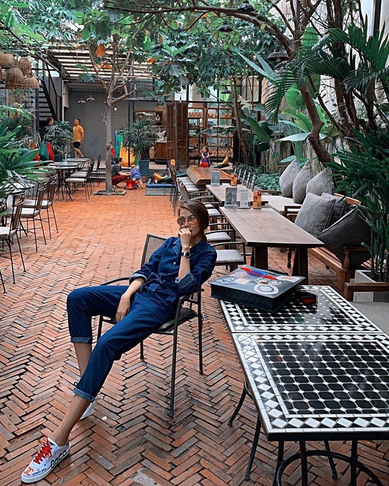 Diệu Nhi khoe thời trang sân bay như bà bầu đi đẻ - Mai Phương Thúy phô cặp giò trứ danh với váy ngắn cũn-12