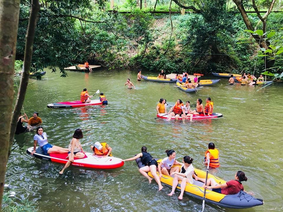 Tới với Ozo, du khách có thể trèo thuyền, lội suối, nghỉ ngơi trên những chiếc võng thơ mộng…