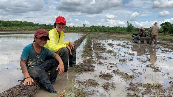 Rũ mác Hoa hậu, HHen Niê lội ruộng làm đồng, ăn cơm cá khô với biểu cảm khó đỡ nhất-1