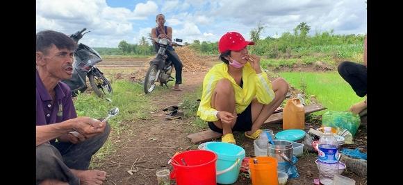 Rũ mác Hoa hậu, HHen Niê lội ruộng làm đồng, ăn cơm cá khô với biểu cảm khó đỡ nhất-5