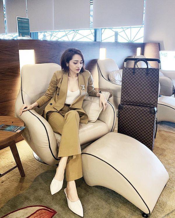 Diệu Nhi khoe thời trang sân bay như bà bầu đi đẻ - Mai Phương Thúy phô cặp giò trứ danh với váy ngắn cũn-1