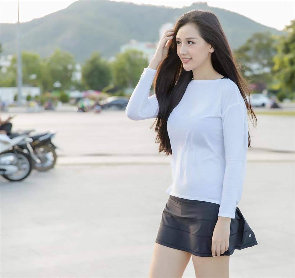 Diệu Nhi khoe thời trang sân bay như bà bầu đi đẻ - Mai Phương Thúy phô cặp giò trứ danh với váy ngắn cũn-5