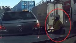 Clip: Chỉ vì cố chen lên trước, người phụ nữ đi vào điểm mù xe container, để rồi...
