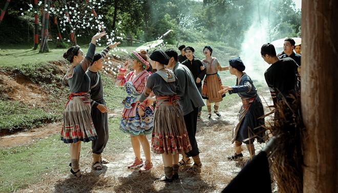 Lý do Hoàng Thùy Linh chọn trang phục dân tộc Mông trong MV mới-9