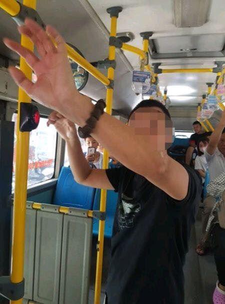 Tạm giữ điều tra hành vi dâm ô của kẻ biến thái thủ dâm sau lưng nữ sinh cấp 2 trên xe buýt-1