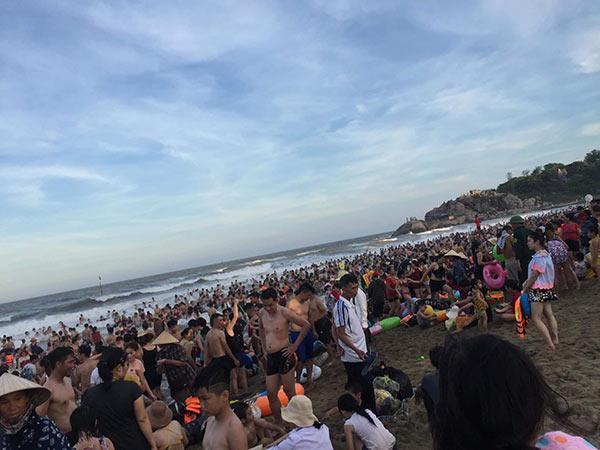Bãi biển Sầm Sơn vỡ trận, hàng nghìn người tranh nhau giải nhiệt trong ngày nắng nóng 40 độ C-1