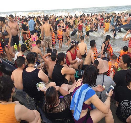 Bãi biển Sầm Sơn vỡ trận, hàng nghìn người tranh nhau giải nhiệt trong ngày nắng nóng 40 độ C-10