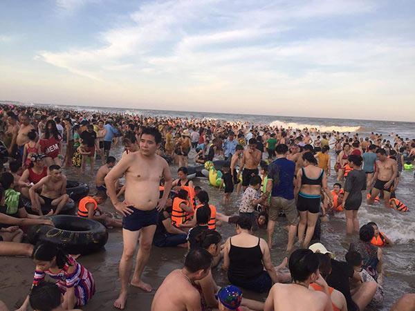 Bãi biển Sầm Sơn vỡ trận, hàng nghìn người tranh nhau giải nhiệt trong ngày nắng nóng 40 độ C-11