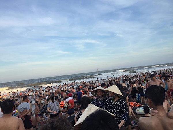 Bãi biển Sầm Sơn vỡ trận, hàng nghìn người tranh nhau giải nhiệt trong ngày nắng nóng 40 độ C-2