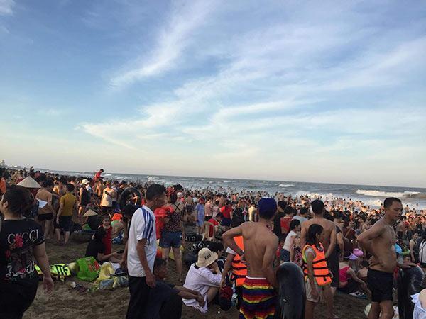 Bãi biển Sầm Sơn vỡ trận, hàng nghìn người tranh nhau giải nhiệt trong ngày nắng nóng 40 độ C-3