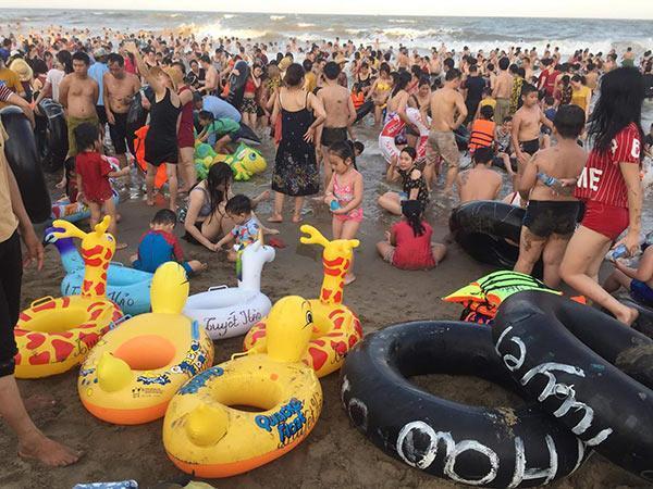 Bãi biển Sầm Sơn vỡ trận, hàng nghìn người tranh nhau giải nhiệt trong ngày nắng nóng 40 độ C-5