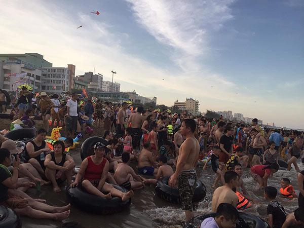 Bãi biển Sầm Sơn vỡ trận, hàng nghìn người tranh nhau giải nhiệt trong ngày nắng nóng 40 độ C-6