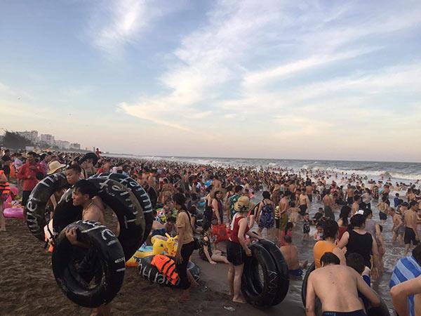 Bãi biển Sầm Sơn vỡ trận, hàng nghìn người tranh nhau giải nhiệt trong ngày nắng nóng 40 độ C-7