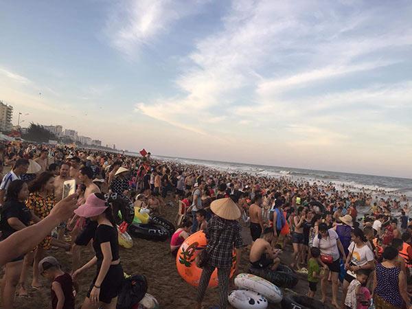 Bãi biển Sầm Sơn vỡ trận, hàng nghìn người tranh nhau giải nhiệt trong ngày nắng nóng 40 độ C-9