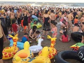 Bãi biển Sầm Sơn 'vỡ trận', hàng nghìn người tranh nhau giải nhiệt trong ngày nắng nóng 40 độ C