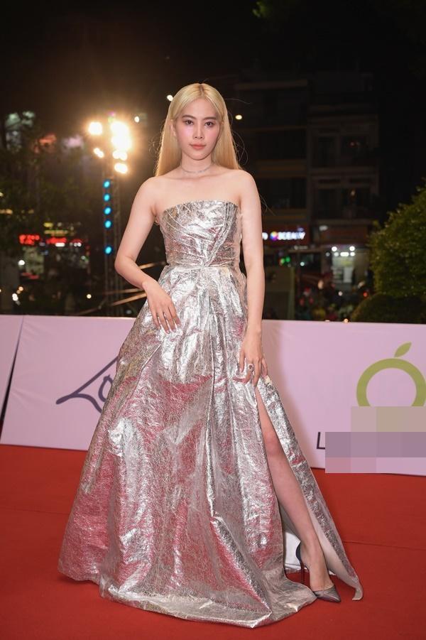 Chỉ diện đầm đơn sắc bó sát, Mai Phương Thúy vẫn xinh đẹp ngỡ ngàng lấn lướt dàn Hoa hậu Việt Nam-7