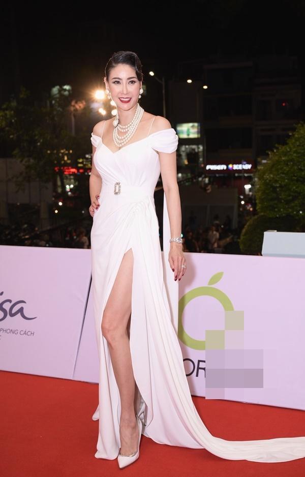 Chỉ diện đầm đơn sắc bó sát, Mai Phương Thúy vẫn xinh đẹp ngỡ ngàng lấn lướt dàn Hoa hậu Việt Nam-10