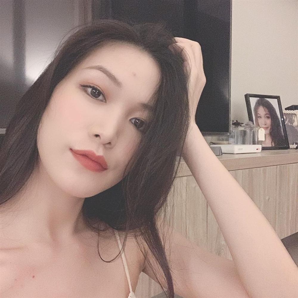 Kỳ Duyên mặc bikini bé xíu, Minh Triệu còn gây shock hơn khi hờ hững ngực trần tại bể bơi-10