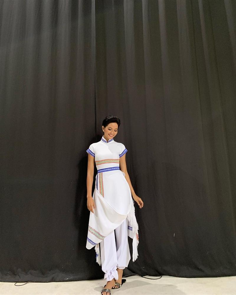 Kể từ khi đăng quang hoa hậu, HHen Niê chỉ thực sự tỏa sáng khi diện loạt trang phục thổ cẩm dân tộc Ê-Đê-4
