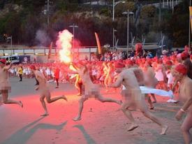 Gần 2.000 người tham gia lễ hội 'tắm tiên' đặc sắc ở Australia