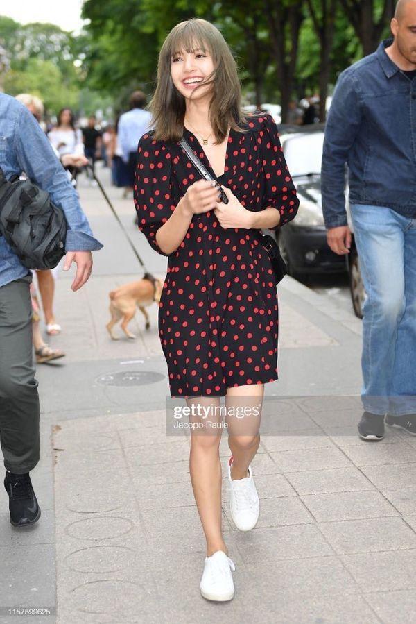 Từ sân bay tới đường phố, Lisa (BlackPink) gây bão với trang phục giản dị nhưng ai dè lại siêu đắt-6