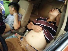Hà Nội: Ô tô mất lái lao lên vỉa hè, 2 thanh niên trong xe hạ kính nằm lăn ra ngủ