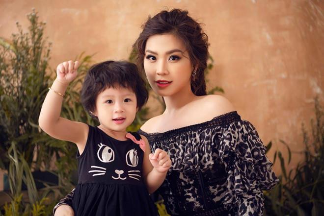 Những hoa hậu, á hậu sớm có cuộc sống kín tiếng bên chồng con-10