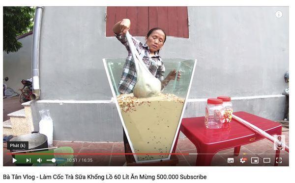 Cộng đồng mạng tranh cãi kịch liệt trước nghi án Bà Tân Vlog dùng cùng 1 chiếc vá để cho heo ăn và… khuấy trà sữa-2