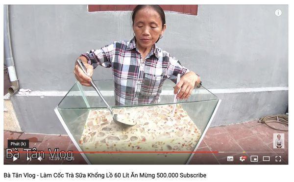 Cộng đồng mạng tranh cãi kịch liệt trước nghi án Bà Tân Vlog dùng cùng 1 chiếc vá để cho heo ăn và… khuấy trà sữa-3