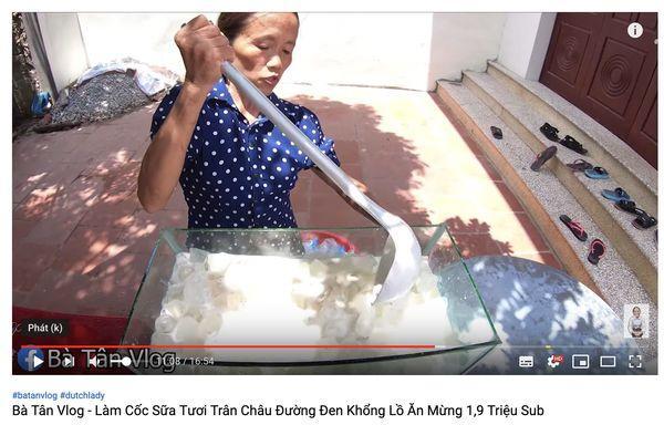 Cộng đồng mạng tranh cãi kịch liệt trước nghi án Bà Tân Vlog dùng cùng 1 chiếc vá để cho heo ăn và… khuấy trà sữa-4