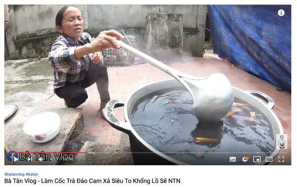 Cộng đồng mạng tranh cãi kịch liệt trước nghi án Bà Tân Vlog dùng cùng 1 chiếc vá để cho heo ăn và… khuấy trà sữa-5