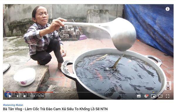 Cộng đồng mạng tranh cãi kịch liệt trước nghi án Bà Tân Vlog dùng cùng 1 chiếc vá để cho heo ăn và… khuấy trà sữa-7